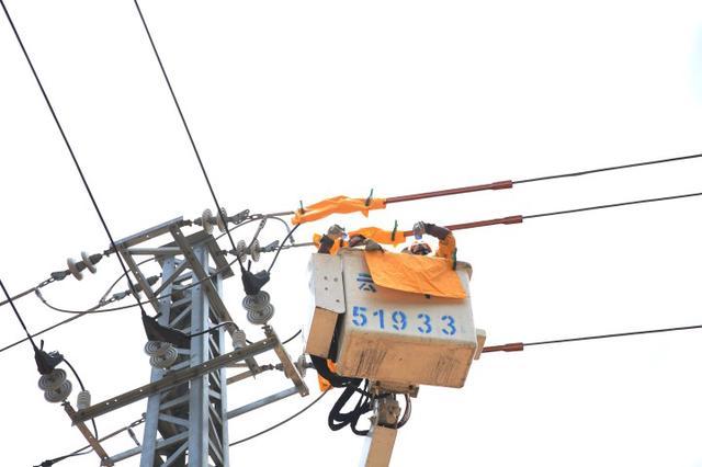 线路带电作业助力企业复工复产 41.3气温不算高