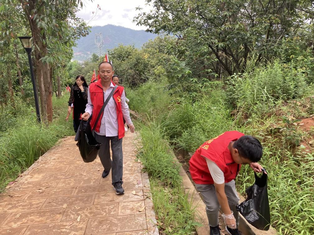 县第二教育集团教职工开展爱国卫生运动清洁景区环境
