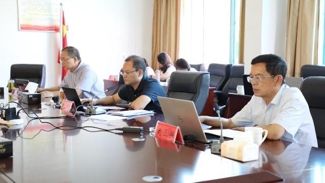 新平县召开十二届县委第165次常委会议